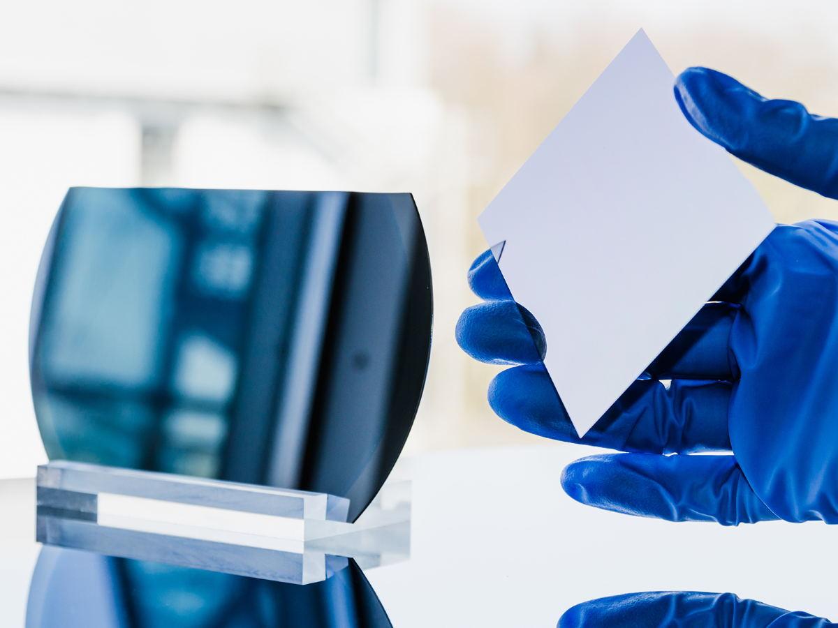 Las placas de silicio se separan durante el nuevo proceso (derecha), dejando el substrato reutilizable (izquierda). Fotografía © Fraunhofer ISE
