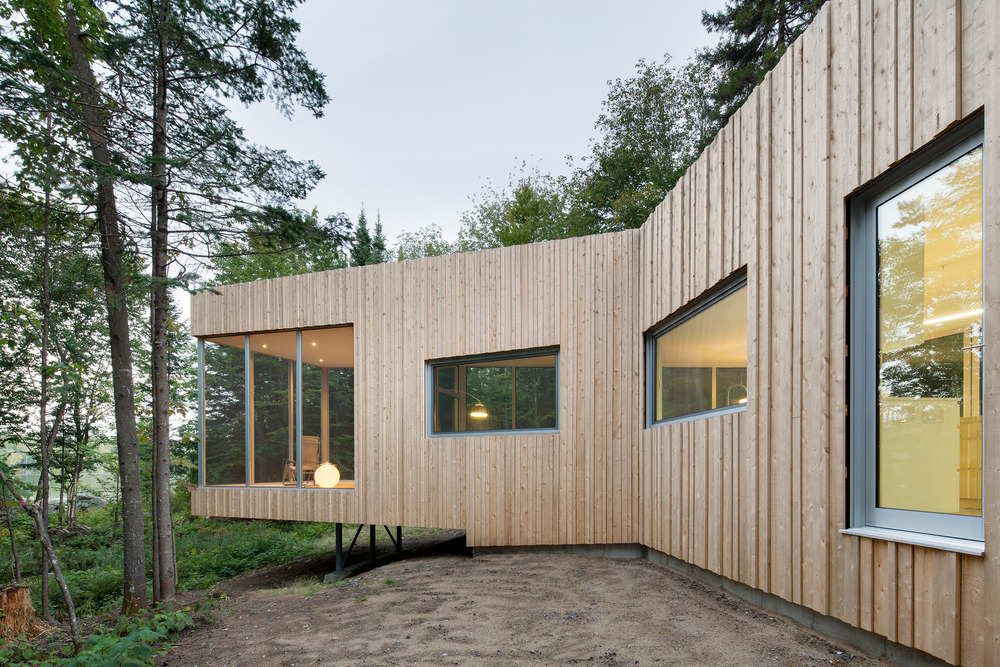 North facade and view toward cantilevered screened room: Photo credit © Adrien Williams