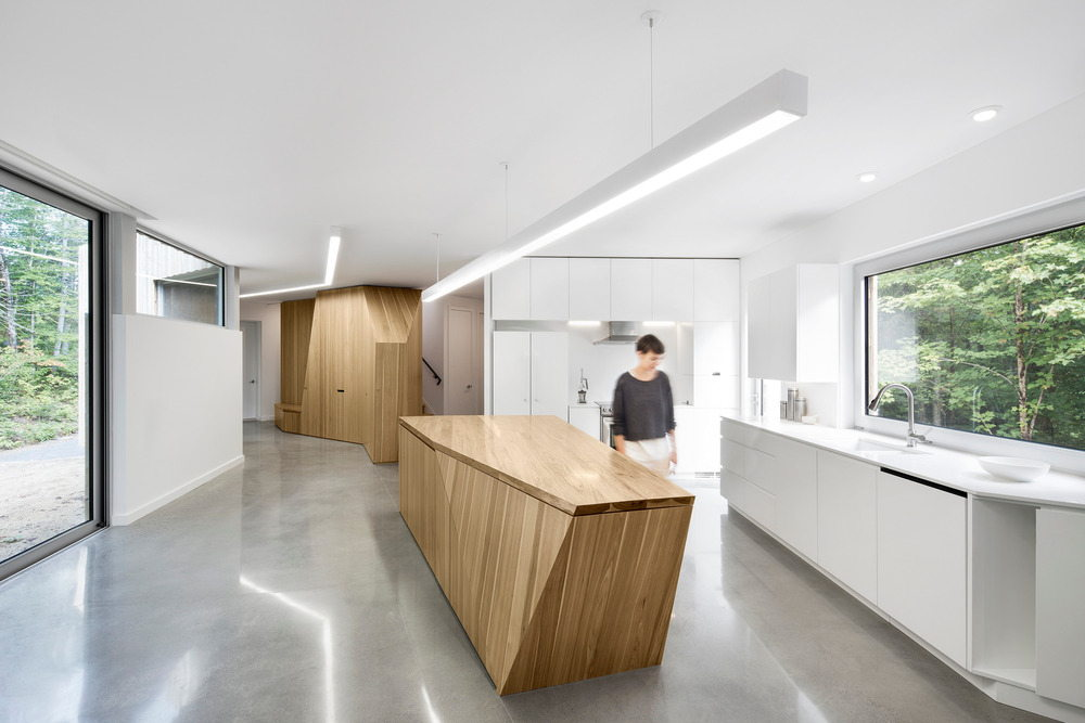 Kitchen island and view toward living area : Photo credit © Adrien Williams