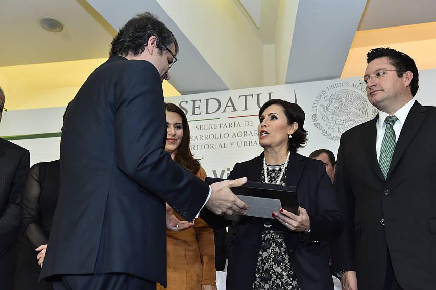 Rosario Robles entrega reconocimiento a DistritoTec : Fotografía © Tecnológico de Monterrey
