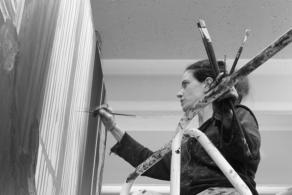 Helen Verhoeven painting Hoge Raad in her Berlin studio : Photography © Dominique Panhuysen