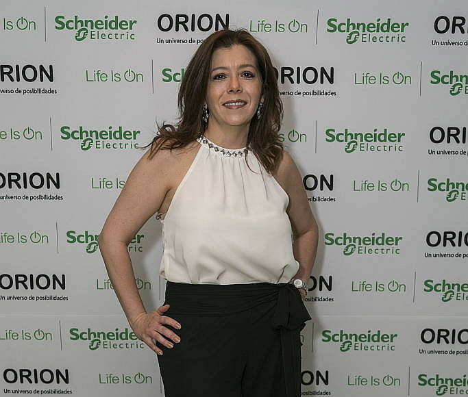 Diseñadora Tanya Moss durante el lanzamiento de la línea Orion de Schneider Electric México en el Foro Masaryk : Fotografía © Schneider Electric México