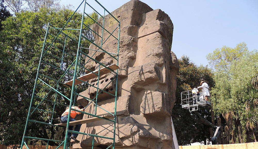 El monolito prehispánico es monitoreado por un equipo de conservadores del INAH. Foto © Laboratorio de Conservación MNA