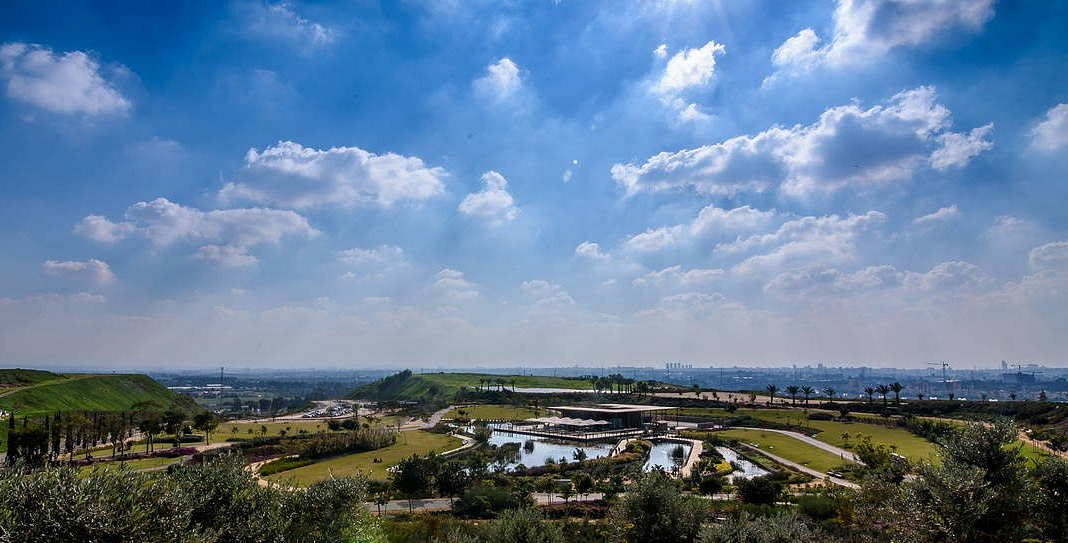 Hiriya Landfill Rehabilitation, Tel Aviv, Israel, since 2004, The core of Hiriya - Oasis, framed by the plateau : Photo © Kobi Li
