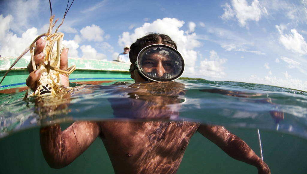 A man fishes for conch and lobsters in Belize : Photo © Antonio Busiello / WWF-US