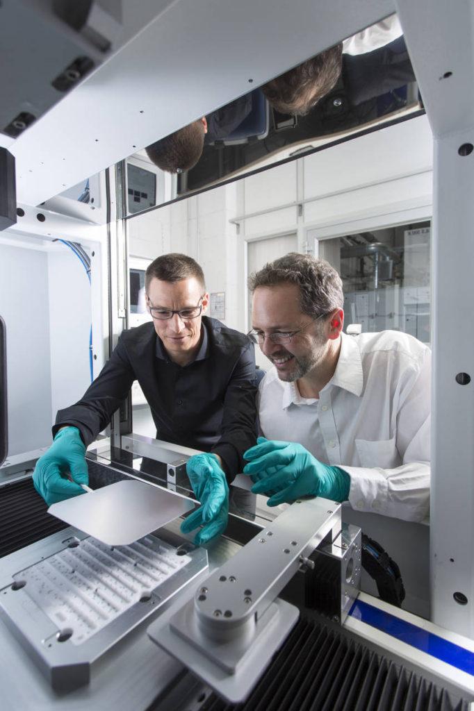 Dr. Jan Nekarda y Dr.-Ing. Ralf Preu (a la izquierda) desarrollaron el proceso LFC para la fabricación en serie de las celdas solares PERC altamente eficientes : Photo © Dirk Mahler / Fraunhofer