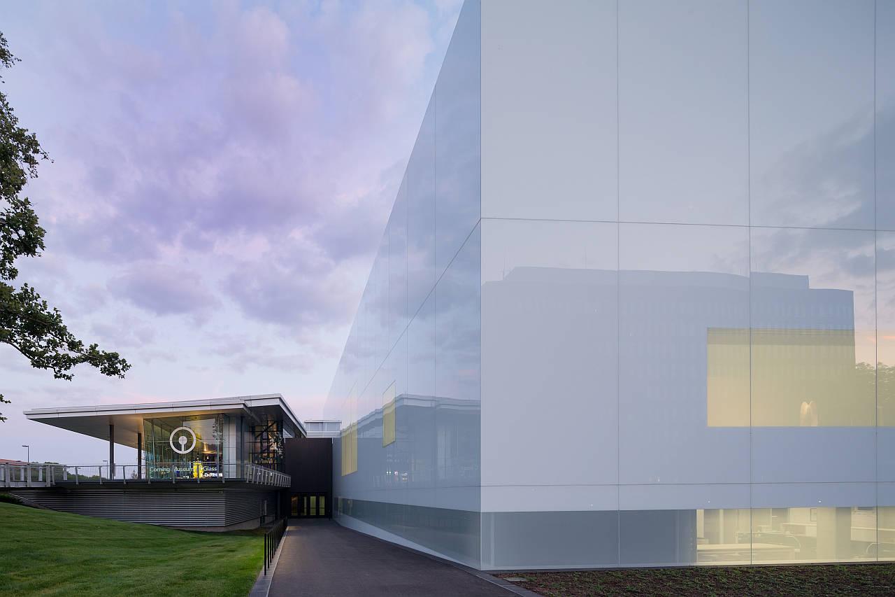 Vista del acceso al Museo y de la Sala de Arte y Diseño Contemporáneo : Photo © Iwan Baan