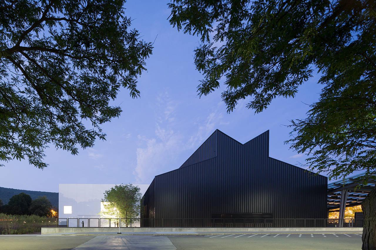 Vista de la Sala de Arte y Diseño Contemporáneo, incluyendo el edificio de la galería y el Anfiteatro Hot Shop : Photo © Iwan Baan