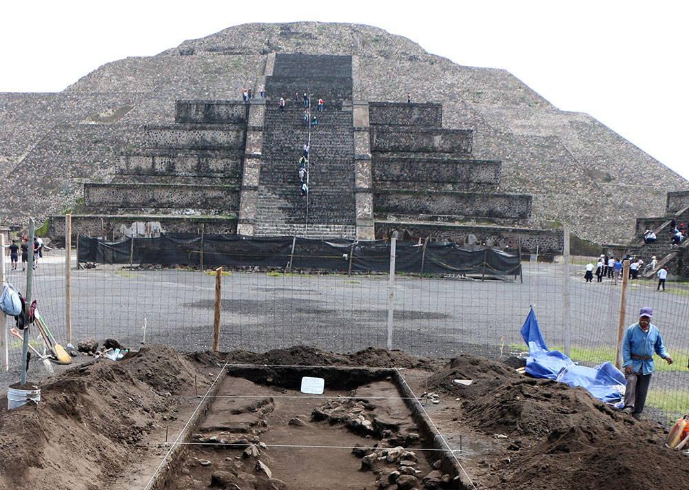 Inicio del proceso de excavación del canal norte, altar central : Foto © Proyecto Estructura A, Plaza de la Luna, Teotihuacán, INAH