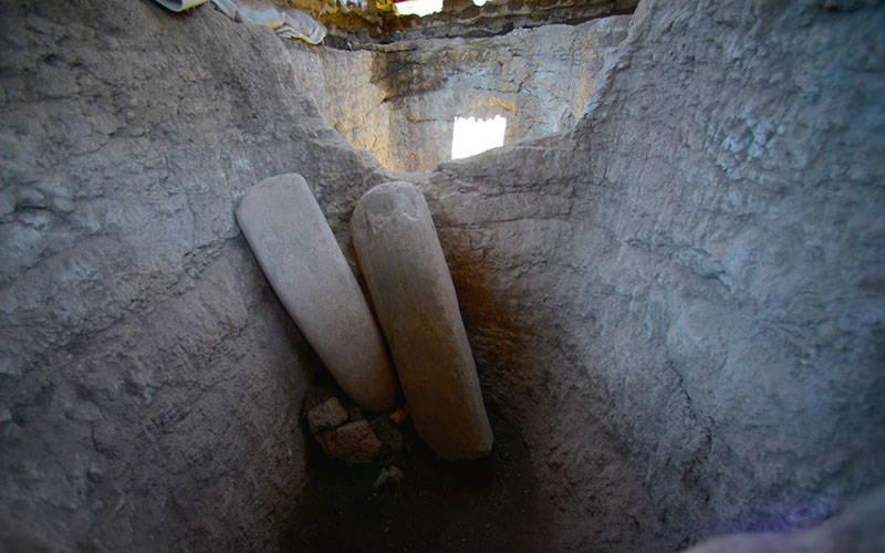 Arqueólogos del INAH han registrado fosas en cuyo interior se hallan estelas lisas de piedra verde : Foto © Melitón Tapia INAH