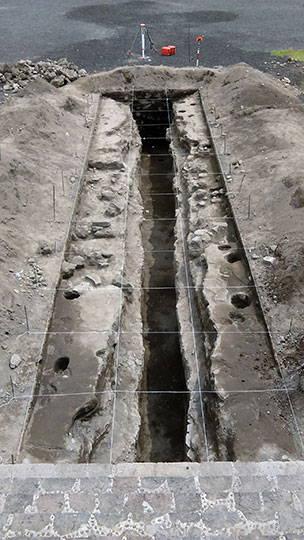 Vista general del canal localizado en el flanco norte del altar central : Foto © Proyecto Estructura A, Plaza de la Luna, Teotihuacán, INAH
