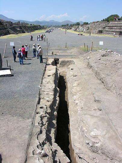 Vista general del canal sur desde la escalinata sur del altar central : Foto © Proyecto Estructura A, Plaza de la Luna, Teotihuacán, INAH