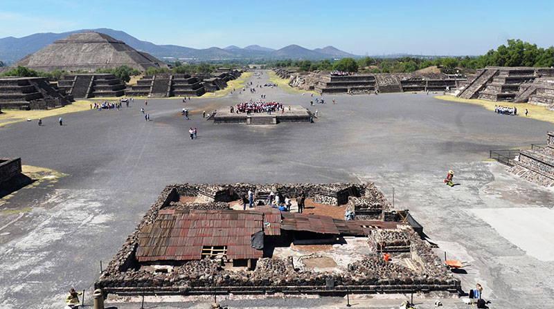Los trabajos de exploración se llevan a cabo en la Plaza de la Luna : Foto © Melitón Tapia INAH