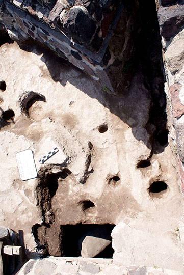 Oquedades en el tepetate y fosa con estela verde, flanco sur de la Estructura A : Foto © Proyecto Estructura A, Plaza de la Luna, Teotihuacán, INAH