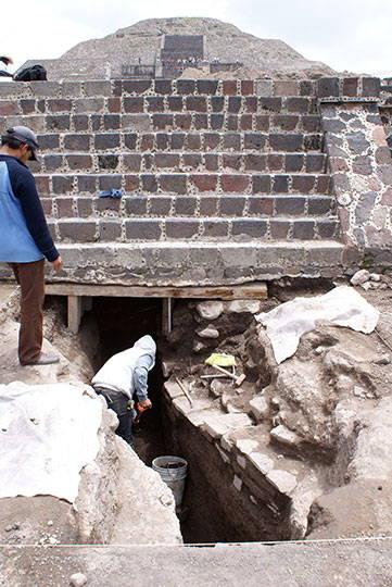 Proceso de excavación del canal sur, altar central : Foto © Proyecto Estructura A, Plaza de la Luna, Teotihuacán, INAH