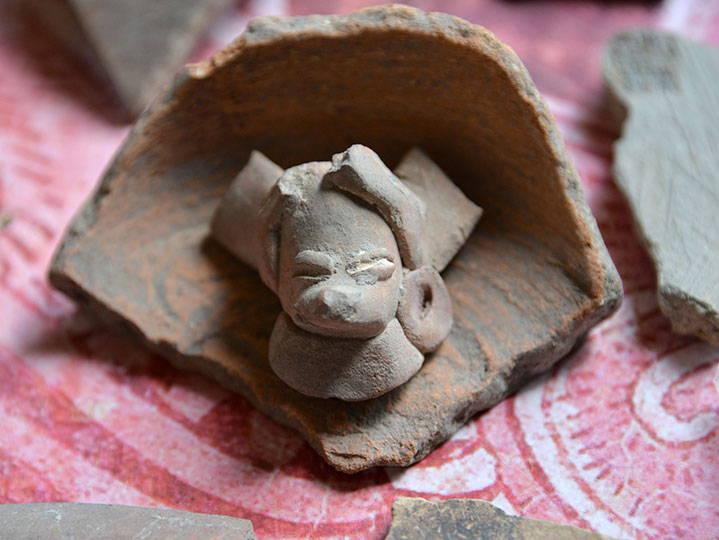 Se localizaron distintos fragmentos de cerámica : Foto © Melitón Tapia INAH