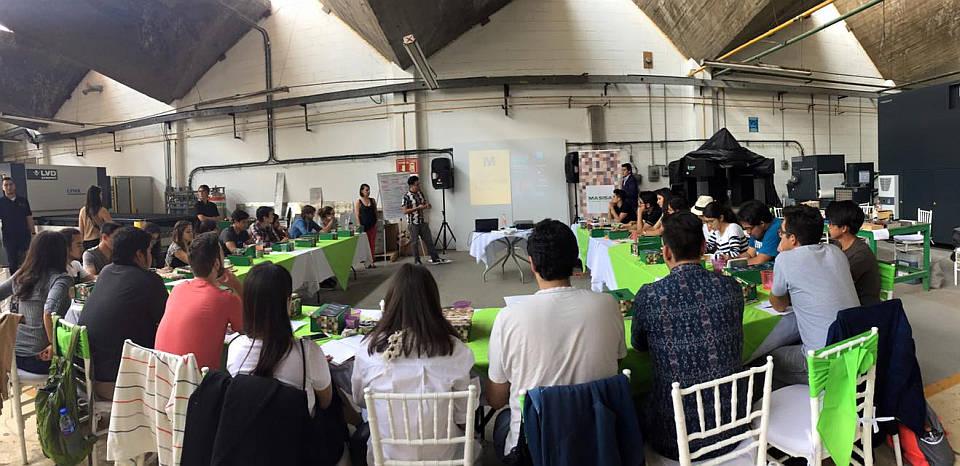 Erick de Materiam hablando de la importancia de pensar en el proceso de fabricación a la hora de diseñar, en el Workshop Diseña Smart : Fotografía © MASISA México