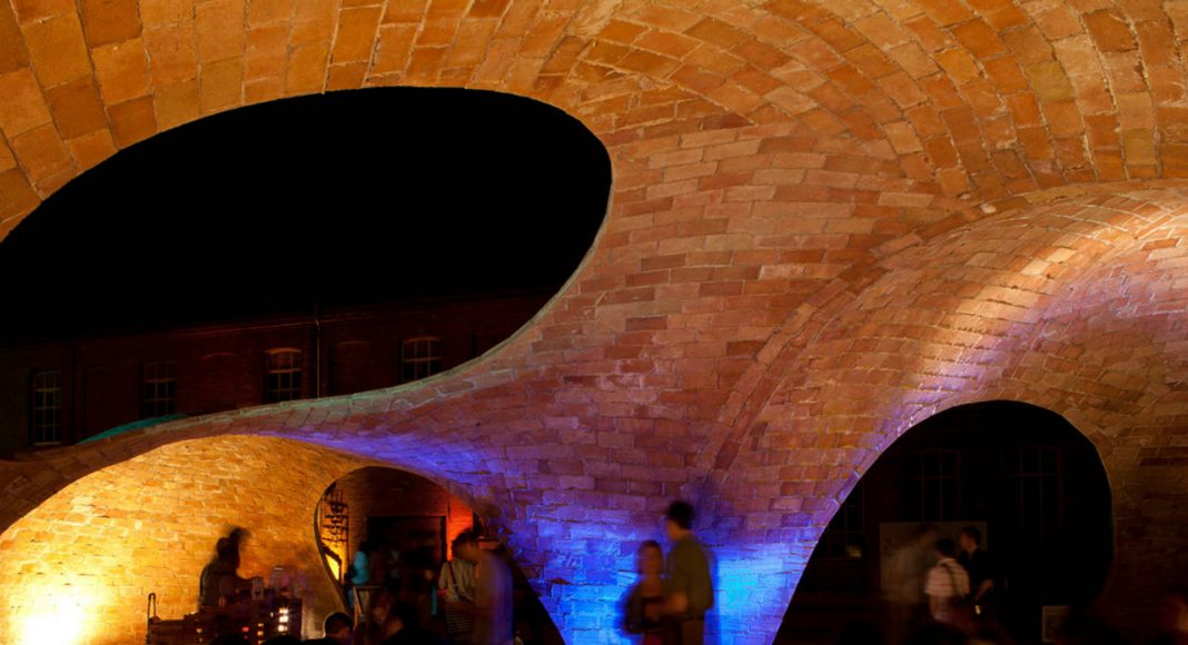 Vista Interior Nocturna de Brick-topia : Photo credit © Manuel de Lózar y © Paula López Barba