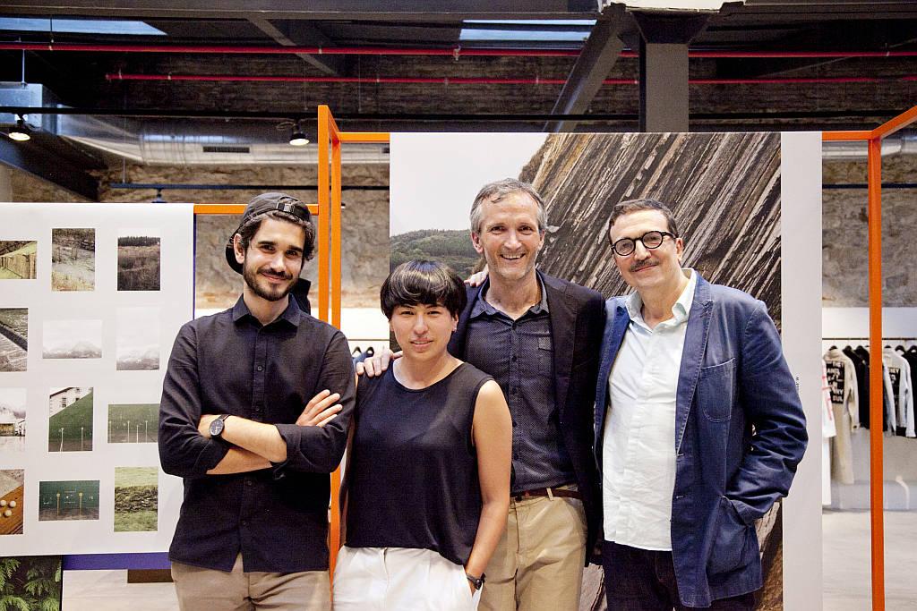 De izquierda a derecha: Salva López (fotógrafo), Malva García (diseño gráfico y dirección de arte de Clase Bcn), Fermín Azaldegui (Director Comercial ENEA) y Daniel Ayuso (Dirección de arte de Clase Bcn) : Fotografía © Salva López