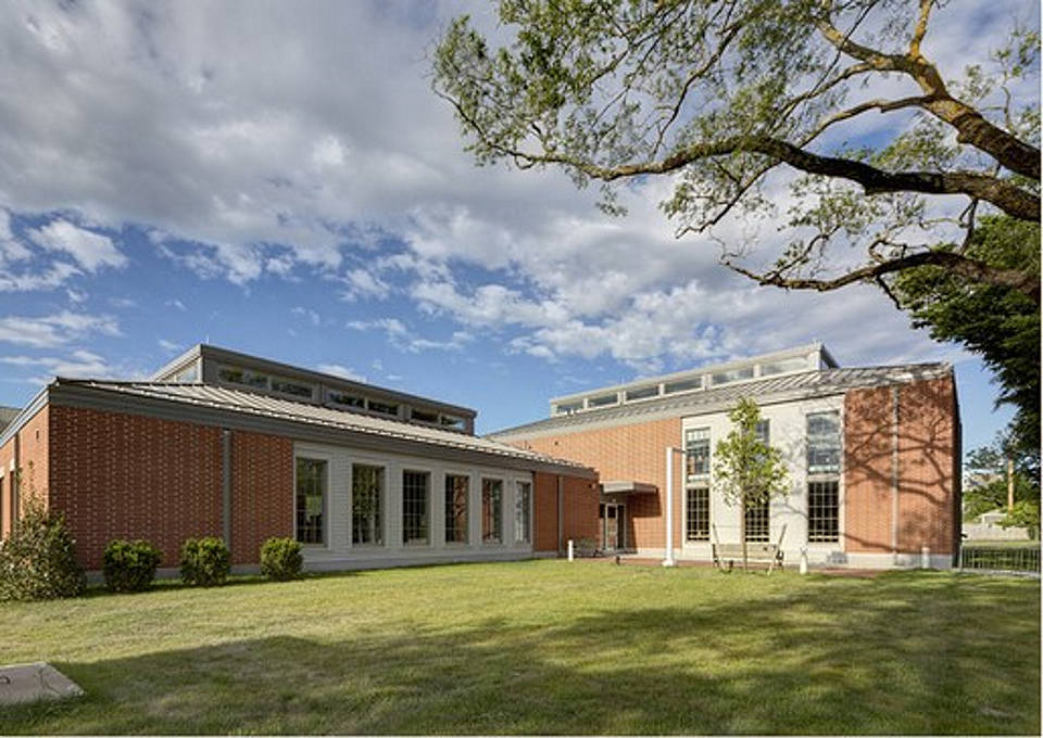 Frente de la Biblioteca Pública en Edgartown : Photo credit © Bob Gothard, courtesy of © Imrey Studio