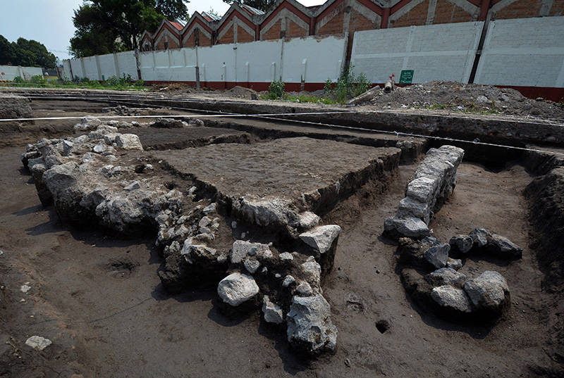Restos de muros de piedra y orificios que formaron parte de las estacas de madera que sirvieron para contener el núcleo de la chinampa : Foto © Archivo del proyecto DSA-INAH