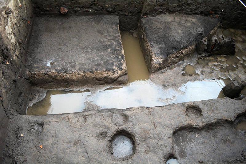 En la parte superior de una chinampa se observan algunos pozuelos que fueron utilizados para la siembra de almácigos : Foto © Archivo del proyecto DSA-INAH