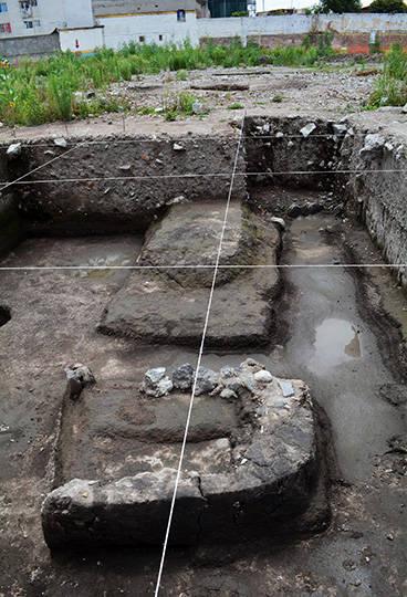 Restos de chinampas y canales durante las excavaciones en el barrio Ateponazco : Foto © Archivo del proyecto DSA-INAH