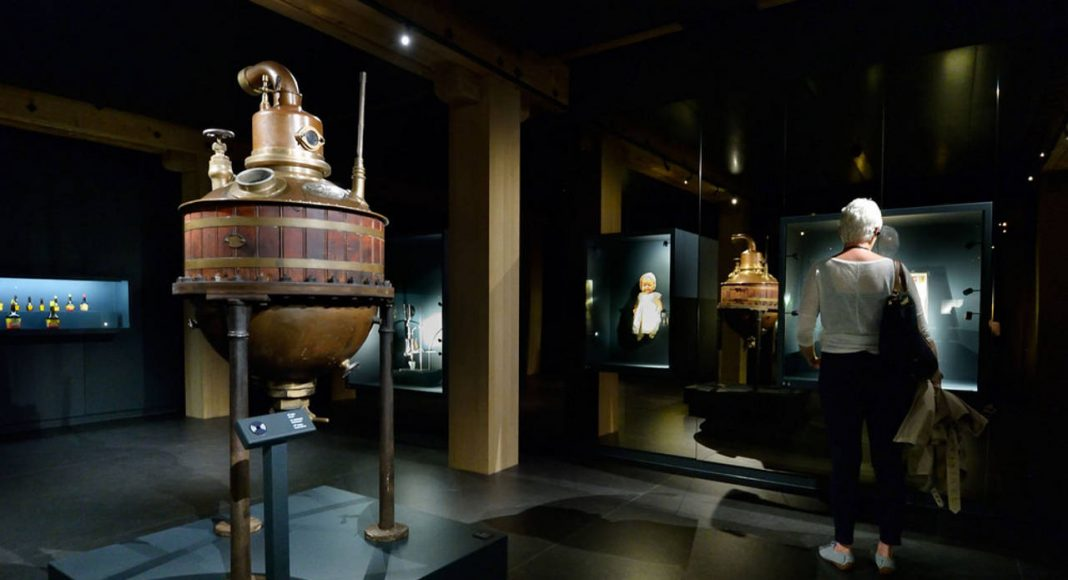 Treasure room with a selection of authentic objects : Photo credit © Mike Bink