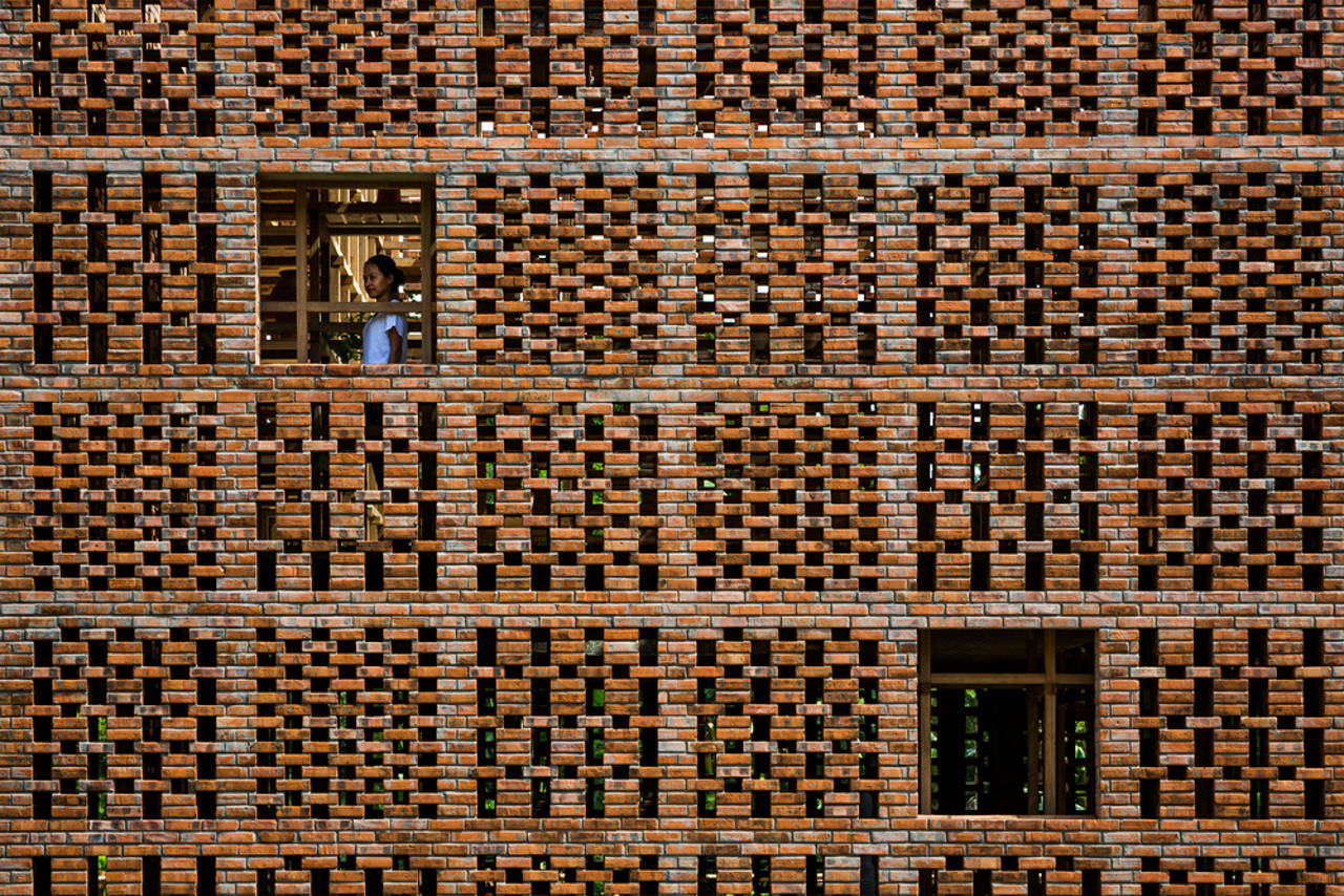 Terra Cotta Studio Brick Wall by Tropical Space : Photo credit © Hiroyuki Oki