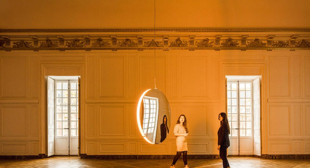 Olafur Eliasson. Solar compression, 2016. Convex mirrors, monofrequency light, stainless steel, paint (white), motor, control unit 10 cm, ø 120cm. Palace of Versailles, 2016. Photo: Anders Sune Berg. Couresty of the artist; neugerriemschneider, Barlin; Tanya Bonakdar Gallery, New York © Olafur Eliasson