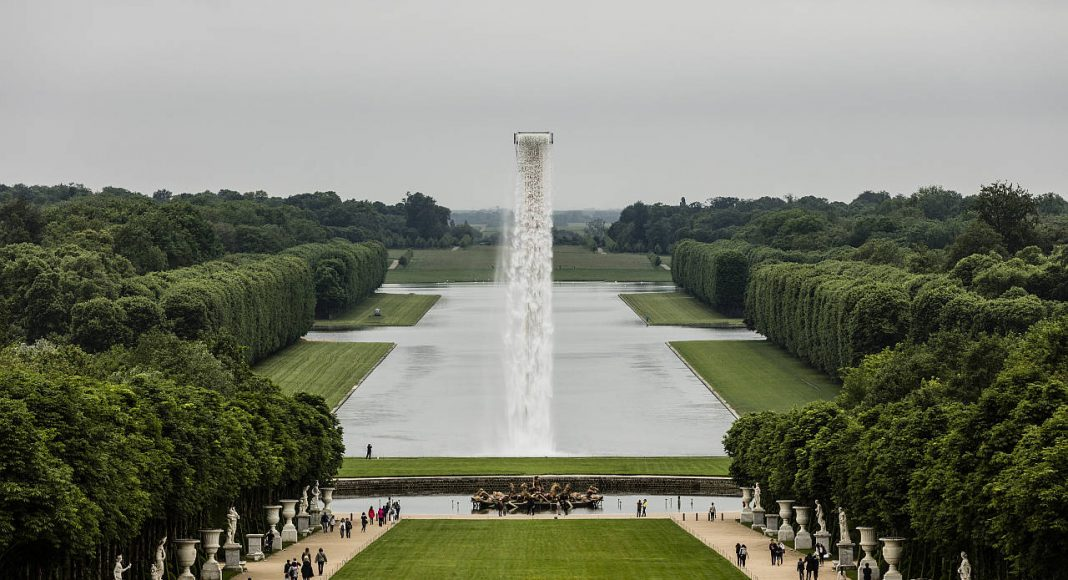 Olafur Eliasson. Waterfall, 2016. Crane, water, stainless steel, pump system, hose, ballast. Palace of Versailles, 2016. Photo: Anders Sune Berg. Couresty of the artist; neugerriemschneider, Barlin; Tanya Bonakdar Gallery, New York © Olafur Eliasson