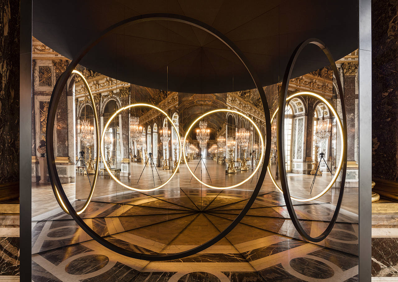 Olafur Eliasson. Your sense of unity, 2016. Mirror foil, brass, LED lights, wood, paint (black), steel, plastic, control unit 512 x 270 x 466 cm. Palace of Versailles, 2016. Photo: Anders Sune Berg. Couresty of the artist; neugerriemschneider, Barlin; Tanya Bonakdar Gallery, New York © Olafur Eliasson