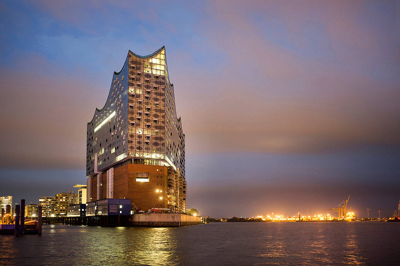 Elbphilharmonie Westansicht Abend : Photo credit © Thies Raetzke, courtesy of Elbphilharmonie Hamburg