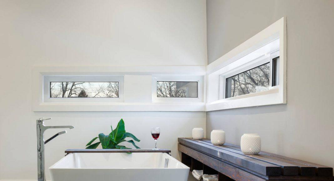 Garden Void House - Vista Interior View desde el segundo nivel el Baño : Photo credit © Tom Arban