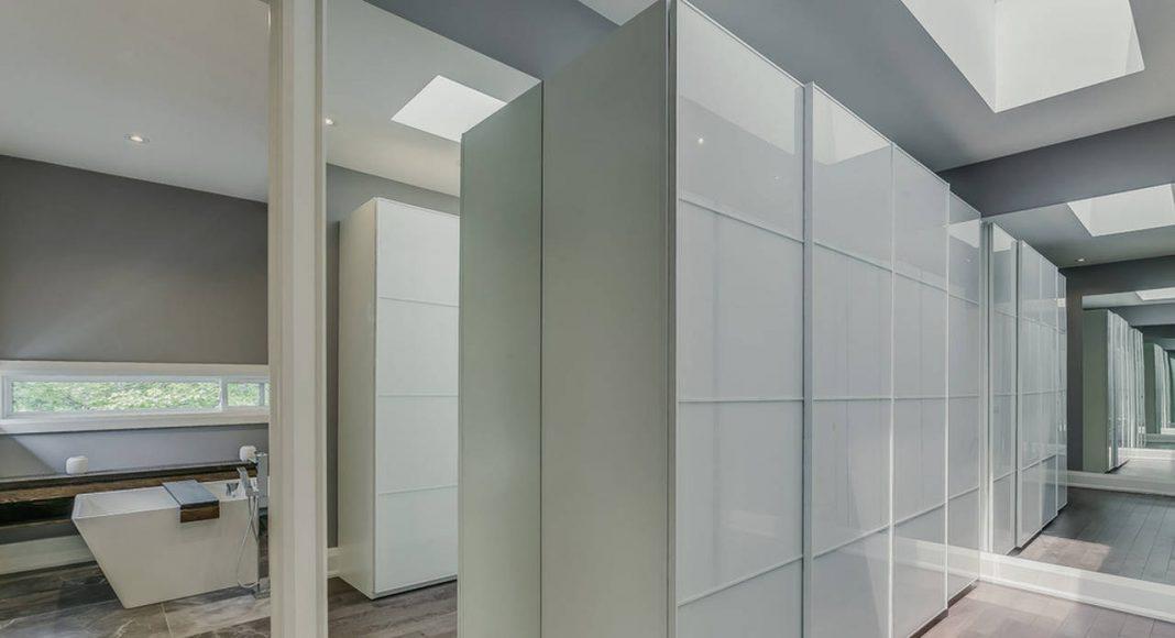 Garden Void House - Vista Interior desde el segundo nivel closet principal y baño : Photo credit: Navid Aali