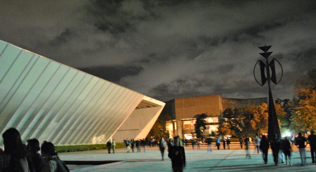 """Museo Universitario de Arte Contemporáneo en Ciudad Universitaria, obra de Teodoro González de León. A la derecha la escultura """"La Espiga"""" de Rufino Tamayo : By © ProtoplasmaKid (Own work) [CC BY-SA 3.0 (http://creativecommons.org/licenses/by-sa/3.0)], via Wikimedia Commons"""