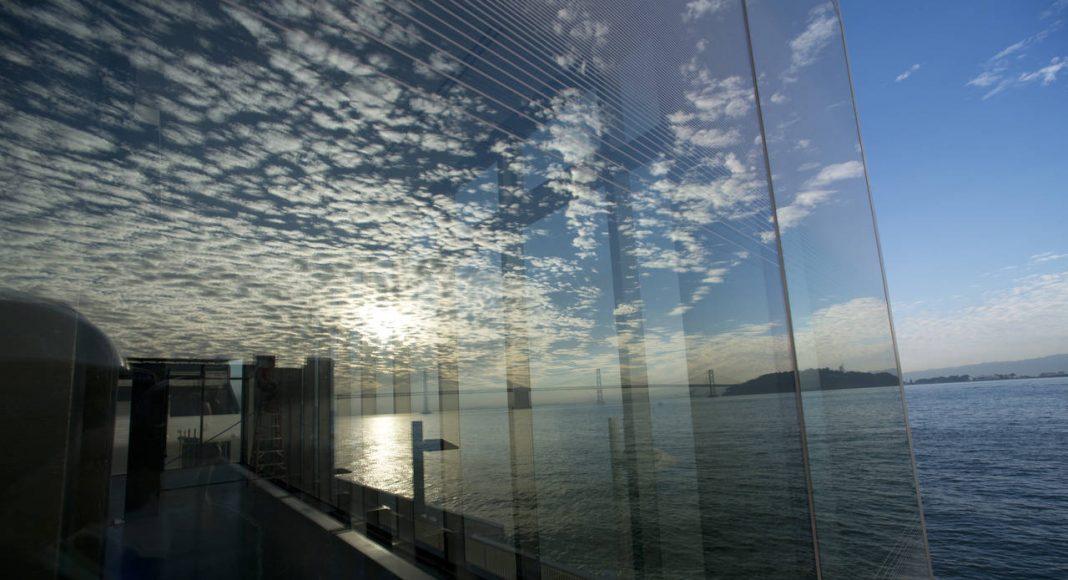 Reflejo de las nubes en los cristales de la nueva Galería Fisher Bay Observatory Gallery del Exploratorium : Image by Amy Snyder © Exploratorium, www.exploratorium.edu