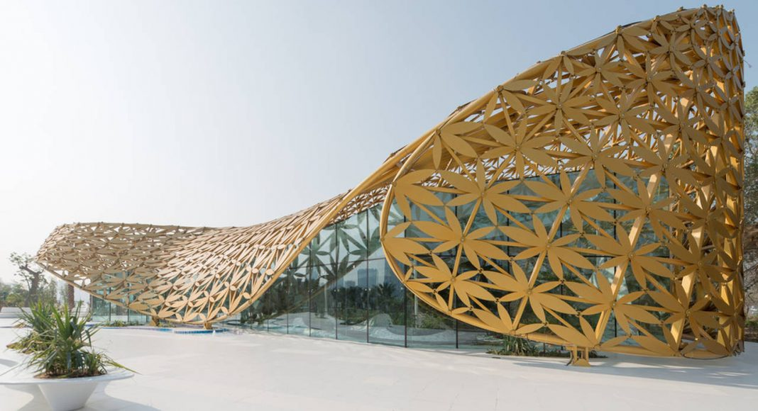The Butterfly Aviary is located at the center of the Butterfly Pavilion, shaded by its defining golden roof : hoto credit © Joaquín Busch