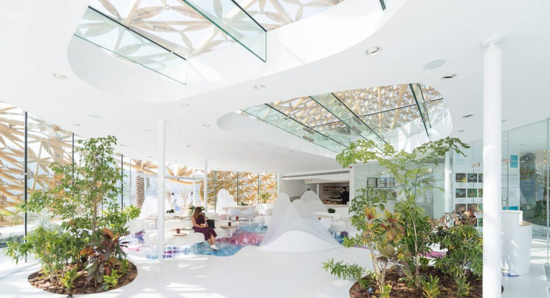 The mostly white interior creates a touch of freshness and promises relief from the heat outside : Photo credit © Joaquín Busch