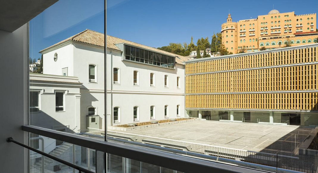 Escuela Técnica Superior de Arquitectura en el Antiguo Hospital Militar de Granada. Víctor López Cotelo. España : Photo © Luis Casals