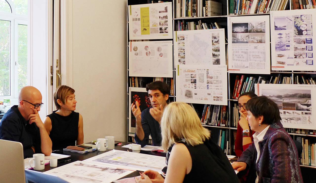 Sesión del Jurado durante el Premio Young Talent Architecture Award (YTAA) 2016 : Fotografía © Fundació Mies van der Rohe