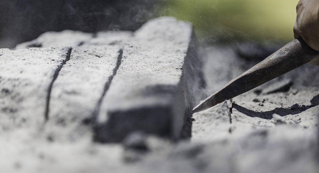 Trabajo Artesanal en Piedra de la propuesta de Ezequiel Farca + Crsitina Grappin en la DWM 2016 : Fotografía © Ezequiel Farca + Crsitina Grappin