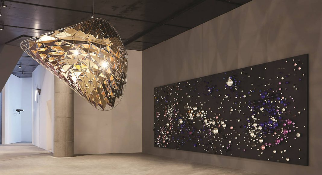 Olafur Eliasson - The shape of dissapearing time, 2016 - Brass, stainless steel, stainless steel mirrors, paint (black), halogen bulbs, dimmer - 214 x 321 x 214 cm - Leeum, Samsung Museum of Modern Art, Seoul, 2016 : Photo Hyunsoo Kim, Courtesy of the artist; Tanya Bonakdar Gallery, New York; neugerriemschneider, Berlin © Olafur Eliasson