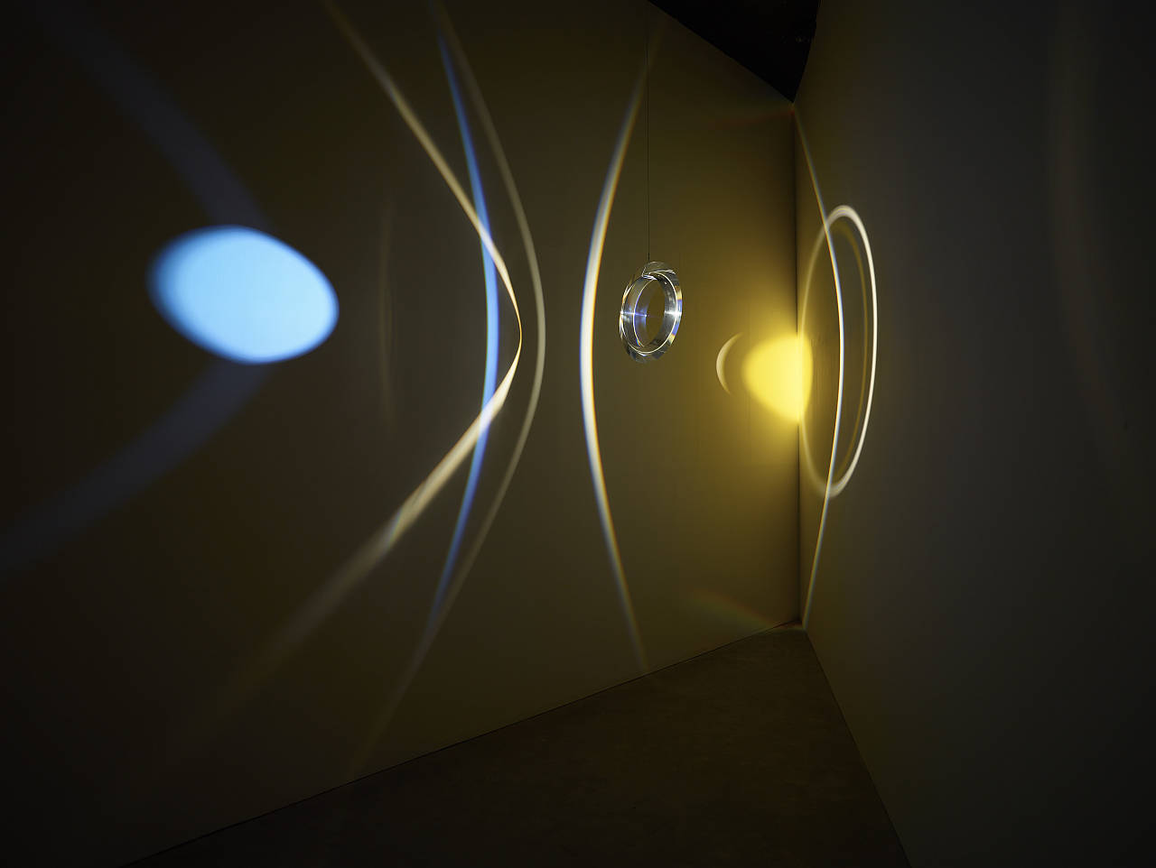 Olafur Eliasson - Your museum primer, 2014 - Acrylic prism ring, colour effect-filter glass (yellow), spotlight, LED light, motor, wire - Leeum, Samsung Museum of Modern Art, Seoul, 2016 : Photo Hyunsoo Kim, Courtesy of the artist; Tanya Bonakdar Gallery, New York; neugerriemschneider, Berlin © Olafur Eliasson