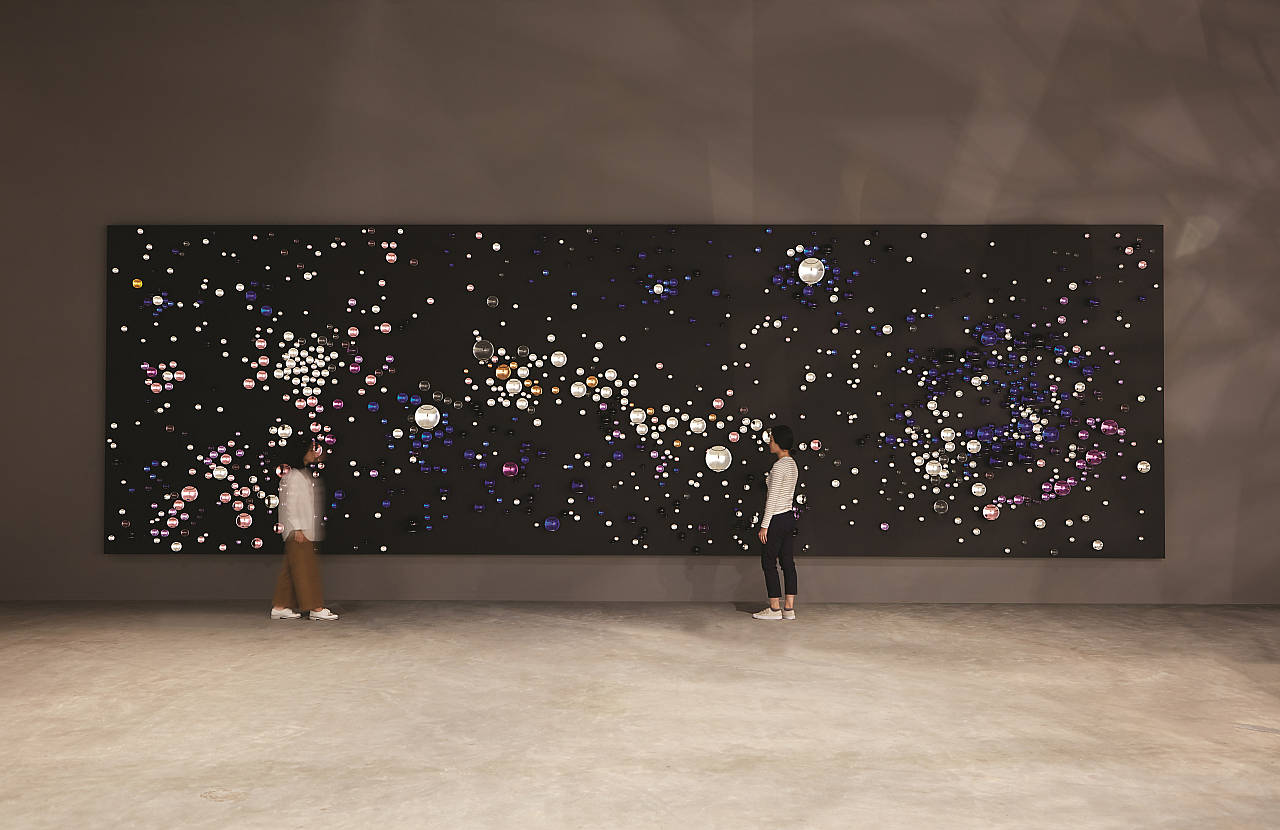 Olafur Eliasson - Your unpredictable path, 2016 - Glass spheres, silver, gold, paint (black), coloured glass spheres (dark blue, medium blue, light blue, purple, rose, yellow, black), stainless steel, laminated wood (black) - 3.30 x 11 x 0.30 m - Leeum, Samsung Museum of Modern Art, Seoul, 2016 : Photo Hyunsoo Kim, Courtesy of the artist; Tanya Bonakdar Gallery, New York; neugerriemschneider, Berlin © Olafur Eliasson