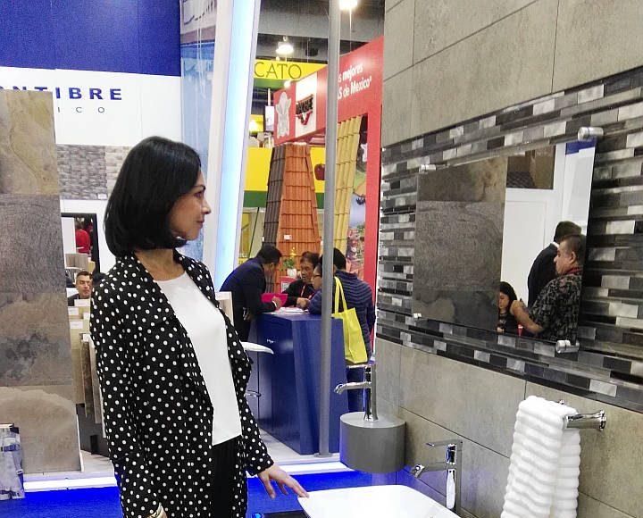Celina del Villar visita el stand de MOEN en Expo CIHAC 2016 : Fotografía © MOEN México