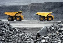 Producción de minerales útiles. el camión de volteo : vía © Shutterstock