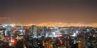 Perspectiva nocturna del Centro Histórico de la Ciudad de México, con los suburbios iluminados en el fondo via Shutterstock