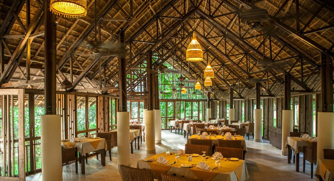 Dusai Resort & Spa Tea Valley Restaurant interior in Bangladesh por VITTI Sthapati Brindo Ltd. : Photo credit © Ahsanul Haque Rubel