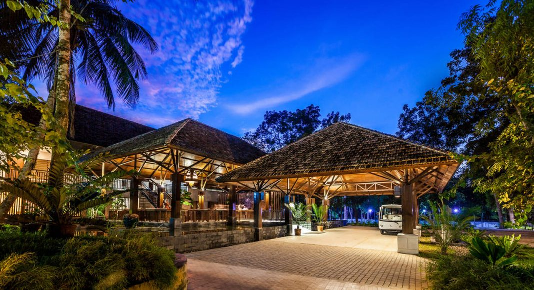 Dusai Resort & Spa Entrance and Reception in Bangladesh por VITTI Sthapati Brindo Ltd. : Photo credit © Hasan Saifuddin Chandan